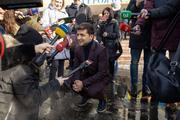 Видео: Зеленский срезал путь к машине через работающие фонтаны в Мариуполе
