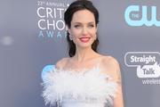 Истощенная фигура Анджелины Джоли в открытом платье ужаснула фанатов
