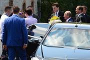 Приехавший на свадьбу Владимир Путин написал пожелание на машине и уехал