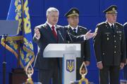 Порошенко на военном параде перепутал слова гимна