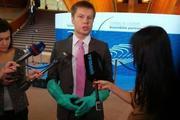 В сети смеются над нардепом Гончаренко в резиновых перчатках на заседании ПАСЕ