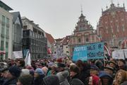 В Риге прошел масштабный митинг: зачем люди собирались на Ратушной площади?
