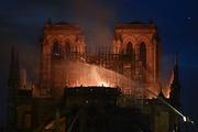 Пожар в Нотр-Даме потушен не полностью