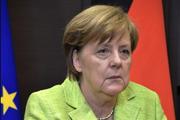 Из-за тремора Меркель пришлось официально слушать гимн Германии сидя