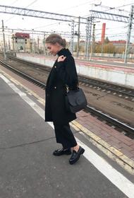 Кристина Асмус показала стройную фигурку в шортах и ботфортах и рассказала о своих особенностях