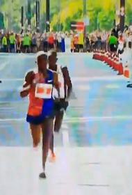 Видео: легкоатлет из Уганды проиграл соревнования, празднуя победу