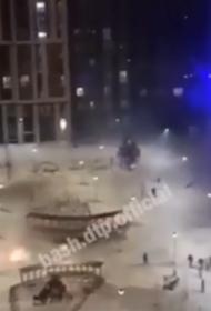 В сеть попало видео, как в Уфе в новогоднюю ночь  «обстреляли» многоквартирный  дом петардами