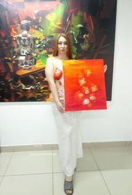 Экс-кандидат на пост главы Башкирии сняла на видео, как рисует картины обнаженной грудью