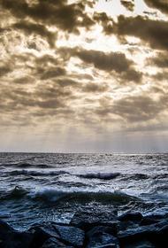 Охотское море: загоревшийся траулер не смогли потушить