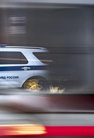 В Москве человек угрожает выбросить из окна квартиры ребенка