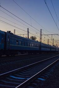 Вагон электрички разорвало на две части после столкновения под Москвой
