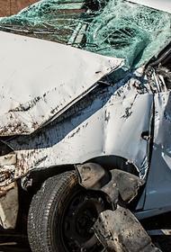 В Ленобласти лесовоз врезался в легковушку с людьми, от машины мало что осталось