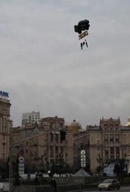 В Киеве устроили перформанс с «повешенными» манекенами, символизирующими семью