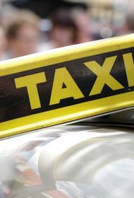 Инцидент в столице: контейнер с мусором упал на крышу автомобиля такси