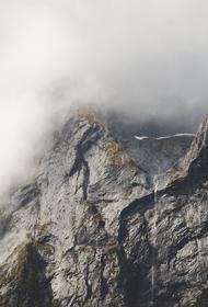 Два человека сорвались со скалы в Красноярском крае
