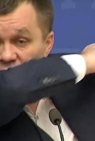 На Украине министр показал, как нужно правильно чихать, прикрываясь ногой
