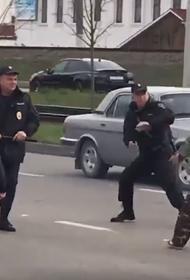 В Краснодаре полицейские ловили пенсионера с дубинкой. Видео