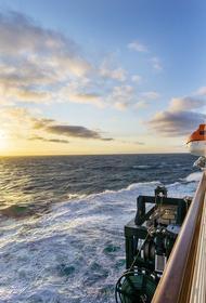 Три тысячи людей спрятались от коронавируса на лайнере в открытом океане