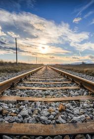 Кузбасс: поезд смял легковое авто на железнодорожных путях