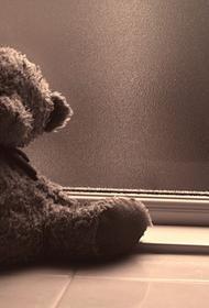 В подмосковной квартире нашли ребенка и записку с просьбой передать его полиции