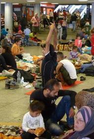 Застрявшие в аэропортах Москвы гастарбайтеры голодают и спят на полу