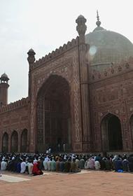 В Пакистане врачи не выходят на работу — нет даже перчаток, а священнослужители призывают всех вернуться в мечети