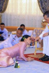 Король Таиланда попал в заголовки мировых новостей