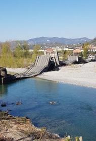 Автомобильный мост через реку обрушился в Италии