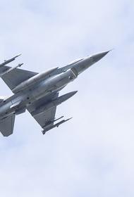 Выложено видео со странным маневром польского F-16 возле Су-27 ВКС РФ в небе над Балтикой