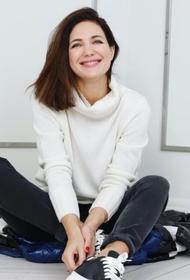 Екатерина Климова показала фото в школьной форме с белыми бантами и в очках