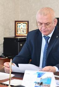 Жена мэра Южно-Курильска, который во время онлайн-совещания с губернатором залез в трусы к своему заму, срочно изолировала мужа