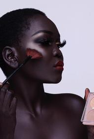 Суданская модель вошла в книгу рекордов Гиннеса за самый темный оттенок кожи на Земле