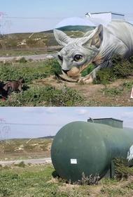 Уличный художник сделал из старой цистерны невероятно реалистичного кота-сфинкса
