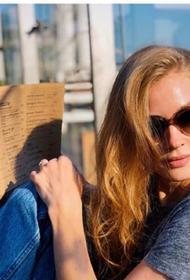 Ходченкова устроила фотосессию на прогулке с собакой в похожих нарядах