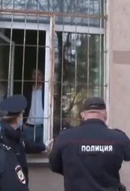 Узники Первомая: в Москве полиция держит в осаде штаб-квартиру «Коммунистов России»