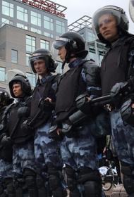 В день Победы коммунисты нарушили режим изоляции. На Пушкинской площади их задерживает ОМОН