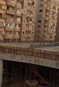 В пригороде Каира построили эстакаду, облокотив ее на жилые дома