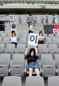 Южнокорейским футболистам скучно гонять мяч при пустых трибунах. На помощь пришли куклы для взрослых и стало гораздо веселее