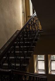 В жилом доме в Энгельсе обрушились сразу два лестничных марша