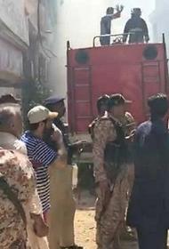 Появилось видео с места крушения самолета в Пакистане. Там обнаружен живой младенец