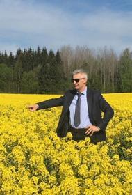 И тут выходит министр обороны Латвии – весь в желтом
