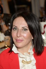 Актриса Алика  Смехова показала откровенное фото в полотенце  на сене