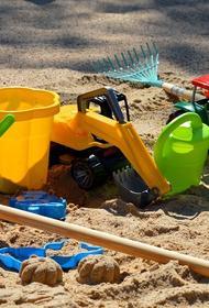 На детской площадке в Новом Уренгое нашли несколько приклеенных лезвий