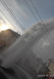 В Калуге посреди улицы забил фонтан. «Не ошибается тот, кто ничего не делает».