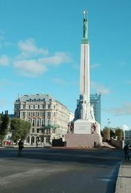 Дурной пример заразителен: мадам в Риге не заметила памятник Свободы
