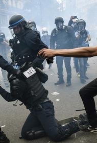 RT публикует фото из Парижа и Лондона, где в ходе акций протеста начались беспорядки