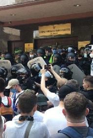 У суда в Киеве подрались полицейские и митингующие