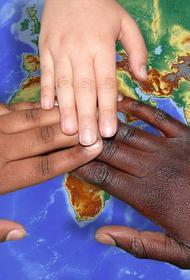 Эксперты объяснили, когда можно начать говорить с детьми о расизме