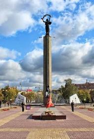 Танцующими в фонтане у мемориала Победы полуголыми калужанками заинтересовался СК