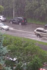 Очевидцы сообщили о сильном подтоплении из-за ливня на нескольких улицах на юге столицы